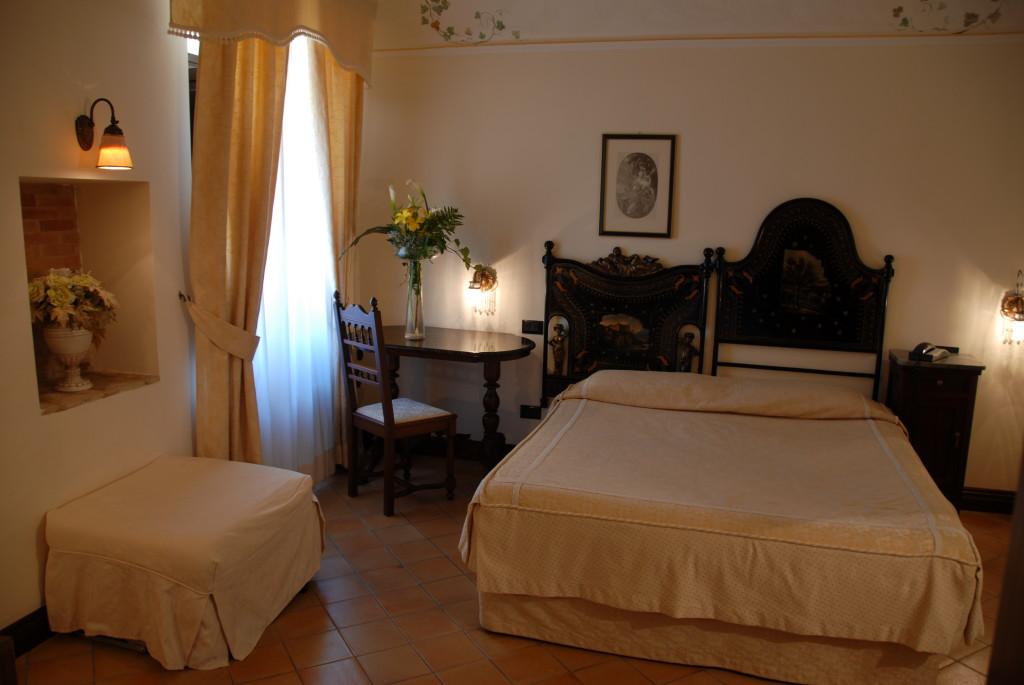 http://www.villapalocla.it/wp-content/uploads/2015/05/Hotel-Camera-Camelia-1024x685.jpg